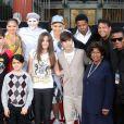 La famille Jackson et Justin Bieber lors d'une cérémonie hommage au pied du Chinese Theatre de Los Angeles où les empreintes de Michael Jackson ont été posées le 26 janvier 2012