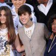 Paris Jackson, Justin Bieber et Katherine Jackson lors d'une cérémonie hommage à Michael Jackson au cours de laquelle ont été apposées les empreintes du King of Pop au pied du Chinese Theatre de Los Angeles le 26 janvier 2012
