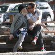 Gwen Stefani embrasse amoureusement son mari Gavin Rossdale à Agoura Hills le 29 janvier 2012