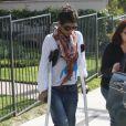 Halle Berry, le pied dans le plâtre, va chercher Nahla à l'école avec la nounou, à Los Angeles, le 2 février 2012