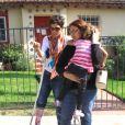 Halle Berry, le pied dans le plâtre, récupère Nahla à l'école avec la nounou, à Los Angeles, le 2 février 2012