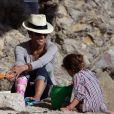 Halle Berry à la plage de Malibu avec sa jolie Nahla. Très handicapée avec son plâtre, son chéri Olivier Martinez n'est jamais loin.