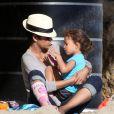 Halle Berry à la plage de Malibu avec sa jolie Nahla. Très handicapée avec son plâtre.