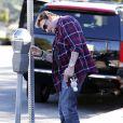 Un petit tour au parcmètre pour Johnny Hallyday à Los Angeles, le 8 février 2012.