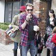 Johnny Hallyday et Laeticia en compagnie de Jade et Joy après l'école, à Los Angeles, le 7 février 2012.