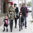 Johnny Hallyday et Laeticia vont chercher Jade et Joy à l'école, à Los Angeles, le 7 février 2012.