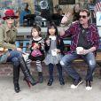 Pause gourmande : Johnny Hallyday et Laeticia dégustent des glaces avec leurs filles Jade et Joy après l'école, à Los Angeles, le 7 février 2012.
