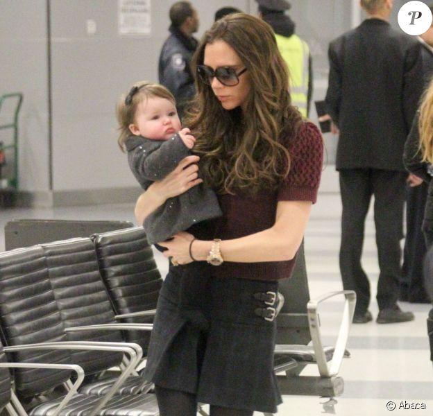 Victoria Beckham, en Miu Miu et Walter Steiger à l'aéroport JFK de New York, le 7 février 2012.