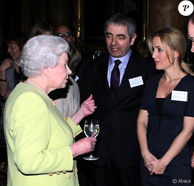 Rowan Atkinson et Gillian Anderson ont rencontré la reine Elizabeth II, qui donnait le 14 février 2012 une réception à Buckingham Palace suite à la représentation d'une pièce hommage à Charles Dickens au Guildhall de Londres.