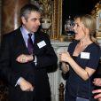 Rowan Atkinson et Gillian Anderson réunis pour le bicentenaire de la naissance de Dickens. La reine Elizabeth II donnait le 14 février 2012 une réception à Buckingham Palace suite à la représentation d'une pièce hommage à Charles Dickens au Guildhall de Londres.