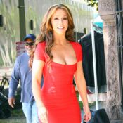 Jennifer Love Hewitt célèbre ses 33 ans dans une robe ultra-moulante rouge