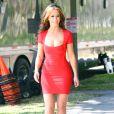 Jennifer Love Hewitt dévoile ses formes dans une robe rouge, sur le tournage de The Client List, le 22 février 2012 à Los Angeles