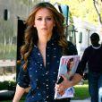 Jennifer Love Hewitt lit Vogue sur le tournage de The Client List, le 21 février 2012 à Los Angeles