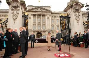 Elizabeth II, à pied devant Buckingham, ouvre la route des Jeux olympiques