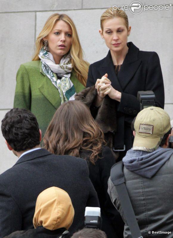 Blake Lively et sa maman dans la série Kelly Rutherford répondent à des journalistes sur le tournage de Gossip Girl, le 1er mars, à New York