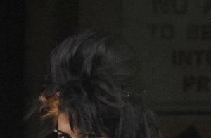 VIDEO EXCLUSIVE : Amy Winehouse se débarrasse violemment d'un photographe !