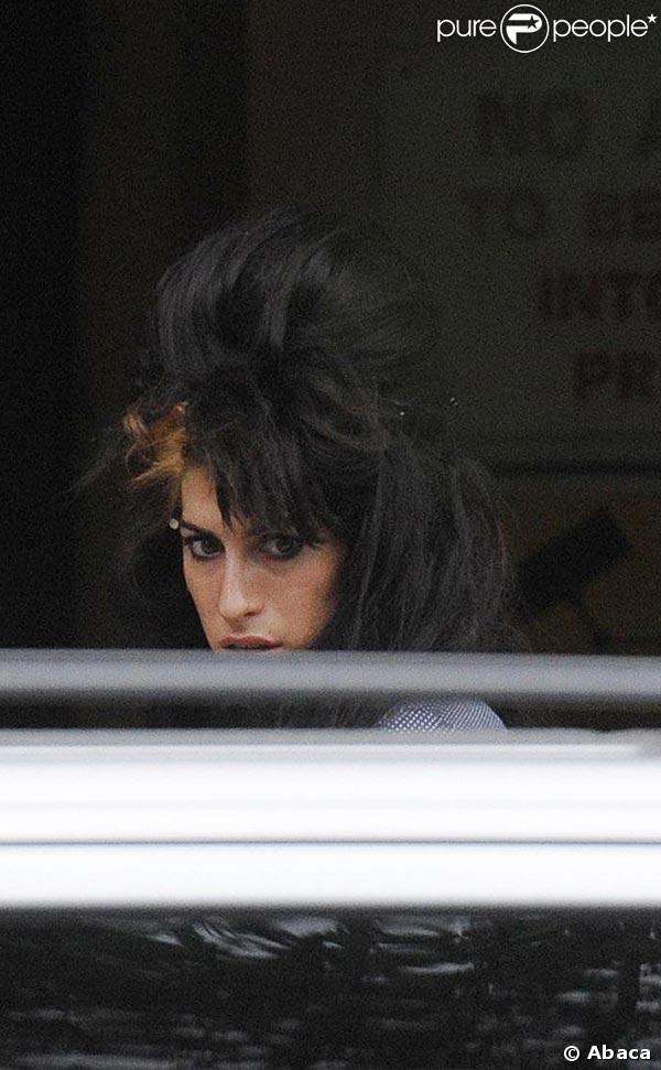 Amy Winehouse rentre chez elle après le 1er jour de procès de son mari