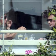 Johnny Hallyday à la terrasse du restaurant The Ivy à Los Angeles, le 5 mars 2012.