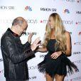 John Varvatos et Elle Macpherson, souriants lors de la première de l'émission Fashion Star à New York, le 13 mars 2012.