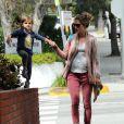 Alessandra Ambrosio dans les rues de Los Angeles, dépose sa fille Anja à l'école. Le 15 mars 2012