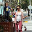 Alessandra Ambrosio, dans les rues de Los Angeles, dépose sa fille Anja à l'école. Le 15 mars 2012