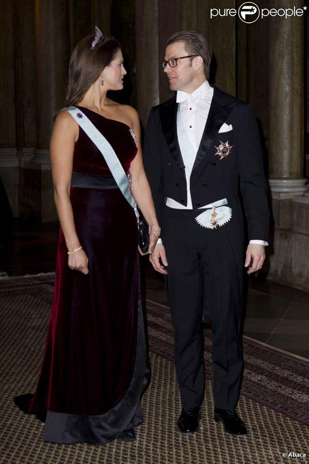 Complices, la princesse Madeleine et le prince Daniel, époux de Victoria, prenaient part au deuxième dîner officiel de l'année au palais royal de Stockholm le 15 mars 2012.
