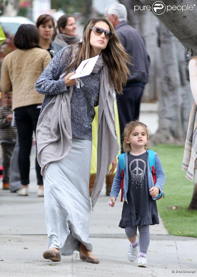 Alessandra Ambrosio est passée récupérer sa fille Anja à l'école, avant de se rendre chez Gap pour quelques achats. Los Angeles, le 16 mars 2012.
