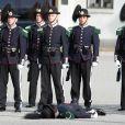 Une scène impressionnante : un garde royal perd connaissance sans que ses collègues esquissent la moindre réaction, lors de la cérémonie de bienvenue pour le prince Charles et son épouse Camilla Parker Bowles au palais royal d'Oslo le 20 mars 2012.
