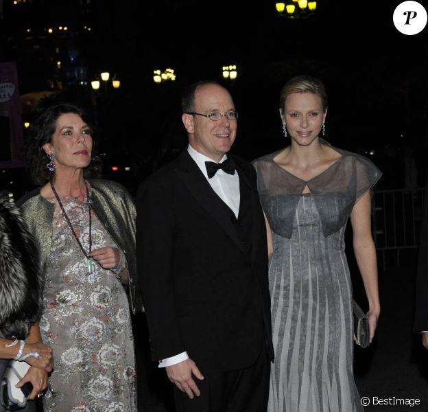 Le prince Albert entouré de la princesse Caroline et de la princesse Charlene de Monaco lors de la soirée du  centenaire du Martell Cordon Bleu de la maison de cognac Martell, à  Monaco le 22 mars 2012.