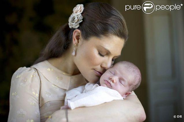 La princesse Estelle de Suède dans les bras de sa tendre maman la princesse Victoria, au palais Haga, portrait officiel publié le 26 mars 2012.   La princesse Estelle de Suède, née le 23 février 2012, après de premières images le 27 février, a été présentée dans trois portraits officiels diffusés par la Maison royale le 26 mars 2012.