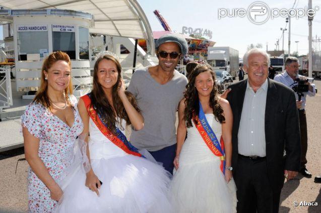 """Yannick Noah et Marcel Campion entourés des """"Reines de la fête à Neuneu"""" à la conférence de presse de la Foire du Trône 2012, à Paris le 26 mars 2012"""