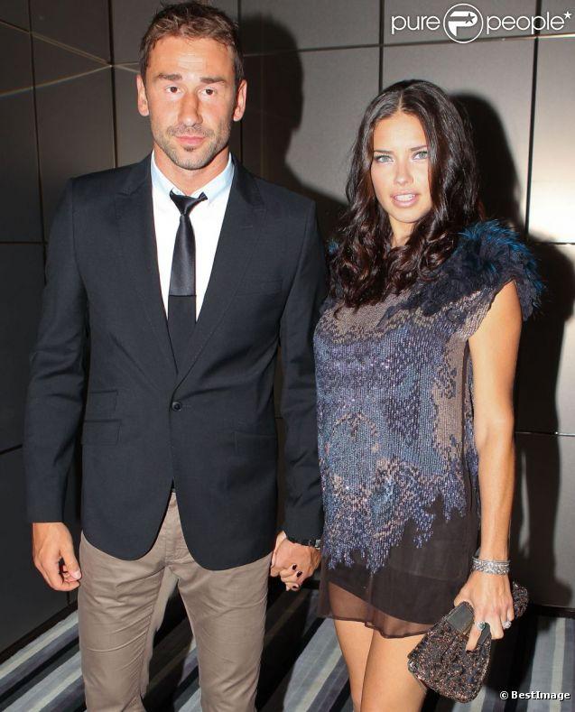Adriana Lima enceinte et son époux Marko Jaric lors d'une soirée de charité à Miami le 27 mars 2012