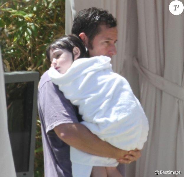 Adam Sandler en vacances à Miami avec sa femme et leurs filles, le 29 mars 2012