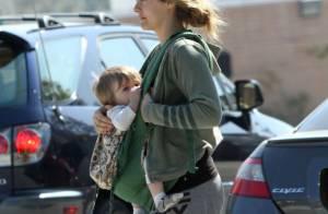 Alicia Silverstone allaite son enfant en marchant