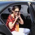 Katie Holmes dévoile un look easy chic en toute féminité. A Los Angeles le 4 avril 2012. ;