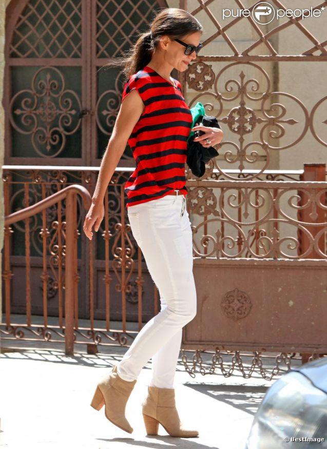 Katie Holmes semble avoir retrouver son style et ose le pantalon blanc et les rayures ! A Los Angeles le 4 avril 2012.