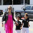 Heidi Klum vient chercher Henry et Johan à la sortie de leur cours de karaté. Elle semble en forme. Avril 2012