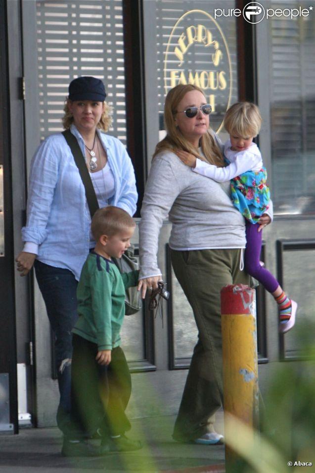 Melissa Etheridge et son ex Tammy Lynn Michaels avec leurs jumeaux Miller et Johnnie en janvier 2012. On a pu croire que la situation était apaisée : il n'en est rien...