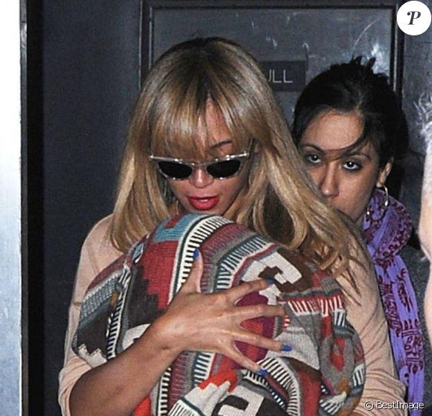 Beyoncé porte sa fille Blue Ivy à New York le 12 avril 2012