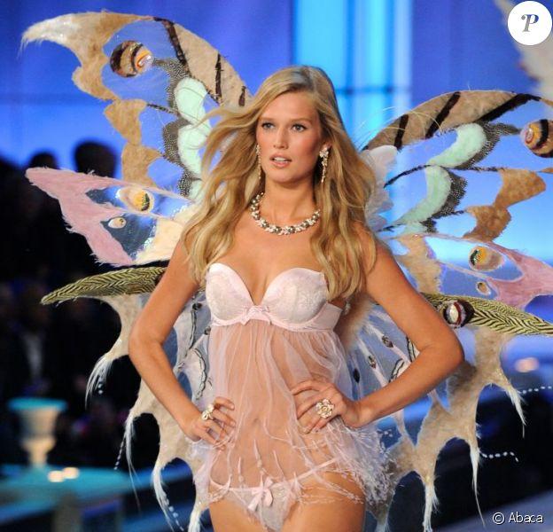 La très sexy Toni Garrn, ici sur le podium du défilé Victoria's Secret à New York le 9 novembre dernier, est officiellement le Victoria's Secret Angel.