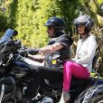 Johnny, Laeticia sur la superbe moto du taulier partent en balade suivis de Yarol Poupaud, sa compagne Caroline de Maigret dans la buick bleue de Johnny avec les petites Jade et Joy.