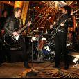 Johnny Hallyday pendant le concert à la Tour Eiffel avec Yarol Poupaud le 3 décembre 2011