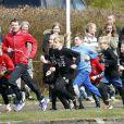Le prince Frederik de Danemark à l'école Sondre de Viborg pour les Jeux olympiques scolaires, le 17 avril 2012, en présence également de Sara Slott Petersen