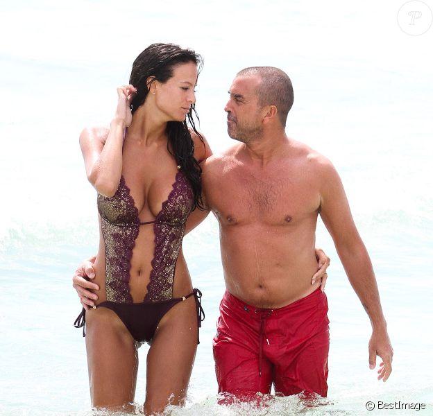 Jade Foret, enceinte, et Arnaud Lagardère s'offrent une petite baignade à Miami, le 13 avril 2012.