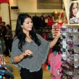 Selena Gomez rencontre ses fans et dévoile la collection printemps-été de sa ligne Dream out loud, dans un magasin K-mart. Los Angeles, le mardi 24 avril 2012.