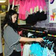Selena Gomez rencontre ses fans et dévoile la collection printemps-été de sa ligne Dream out loud, dans un magasin K-mart à Los Angeles (le mardi 24 avril 2012).