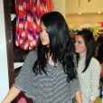Selena Gomez rencontre ses fans et dévoile la collection printemps-été de sa ligne Dream out loud, dans un magasin K-mart (Los Angeles, le mardi 24 avril 2012).