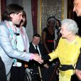 Rufus Wainwright rencontre la reine d'Angleterre Elizabeth II, à Londres, le 12 mars 2012.