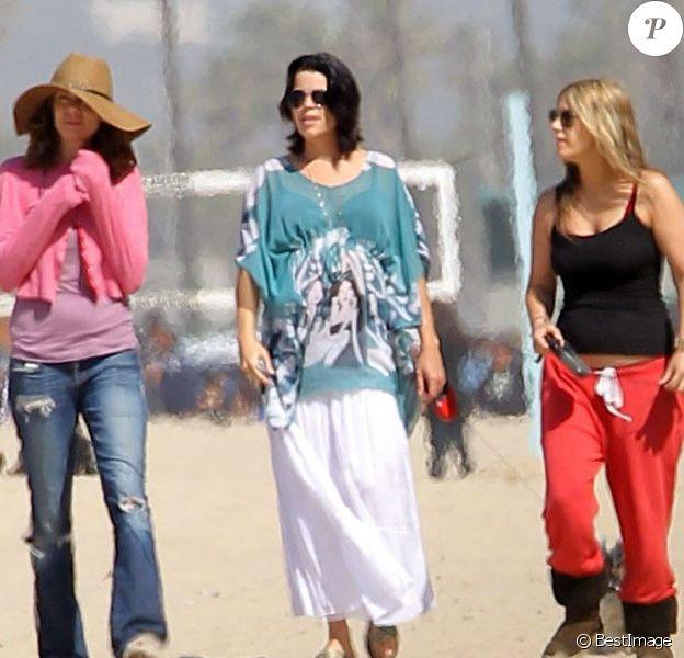 Neve Campbell épanouie à la plage à Santa Monica éclipse ses amies. Le 28 avril 2012.