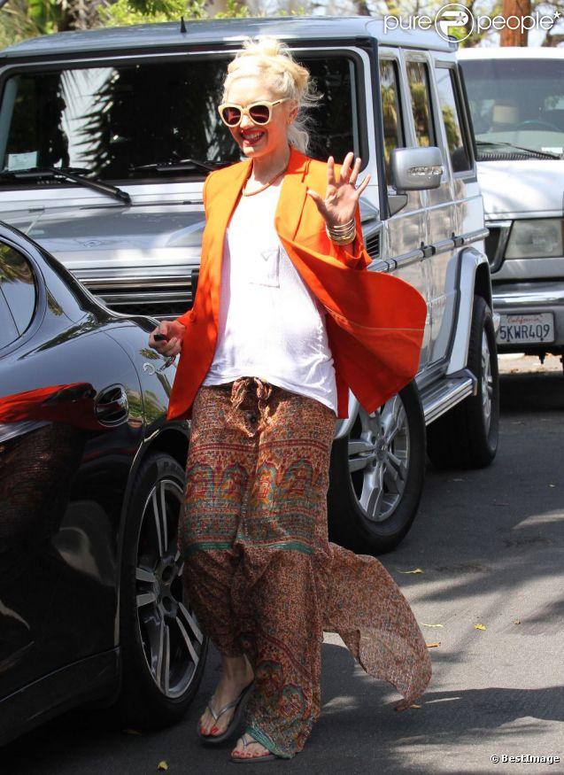 Gwen Stefani en maman ultra stylée, fait une fois de plus sensation grâce à son look haut en couleurs. Los Angeles, le 29 avril 2012.